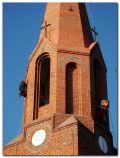 scalenie kolorystyczne fasady ceglanej wieży kościoła